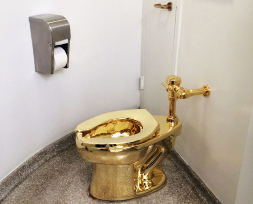 Il bagno d'oro di Maurizio Cattelan al Guggenheim di NY. Estro o provocazione?